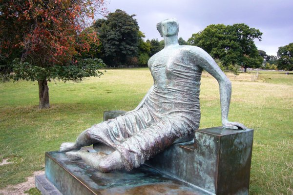 Draped Seated Woman (1957–58), Henry Moore.